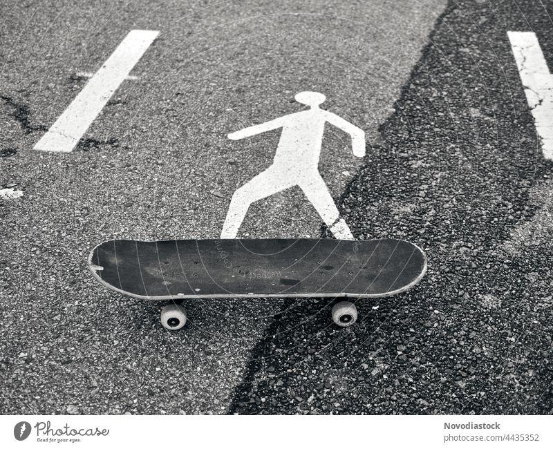 Fußgänger-Symbol auf einem Skateboard, schwarz-weißes Bild Ikon Zeichen Verkehrsschild Schilder & Markierungen Hinweisschild Warnschild Außenaufnahme Straße