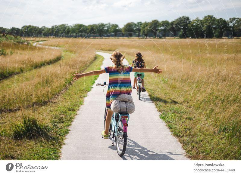 Kleines Mädchen fährt mit ausgestreckten Armen Fahrrad sicher Sicherheit Niederlande Fahrradfahren Reiten Radwege Urlaub reisen aktiv Abenteuer Sommerzeit Tag
