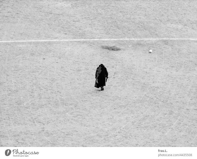… mit Fußball gehen Montage Fotomontage allein Mensch Handtasche gebeugt Hut Mantel Frau alt Fußballplatz Ascheplatz einsam alte Dame