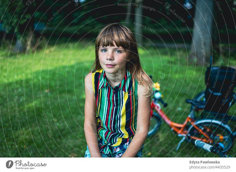 Porträt eines Mädchens mit einem Fahrrad in einem Park Baum Natur im Freien Menschen Abenteuer Bäume Frühling Wälder Lifestyle Erholung Kaukasier schön