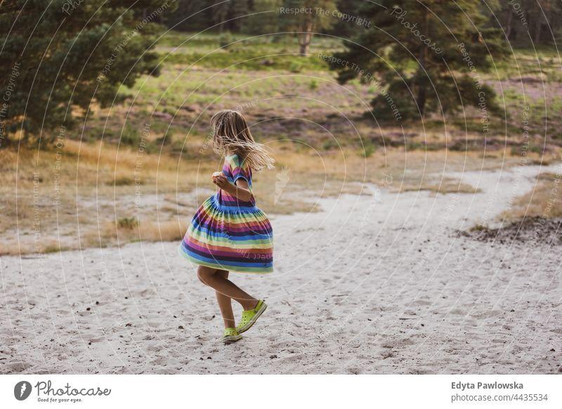 Kleines Mädchen tanzt in der Natur Tanzen Wiese Gras Feld ländlich Landschaft Abenteuer Wildnis wild Haare Urlaub reisen aktiv Sommerzeit Tag Freiheit Feiertag