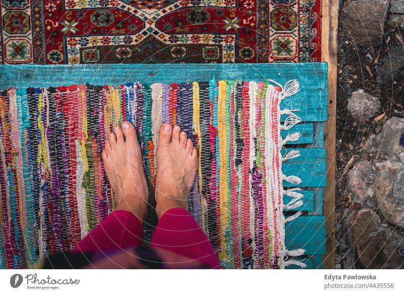 Nackte Füße auf bunten Teppichen Fuß nackte Füße Barfuß Stehen Muster Kunst Gewebe Textur alt Design Dekoration & Verzierung Farbe farbenfroh altehrwürdig