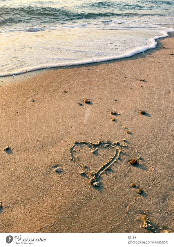 Kitschiges Herz in Sand gemalt am Strand mit Meer kitschig Urlaub Flitterwochen romantisch Liebe Welle Romantik Wasser Erholung