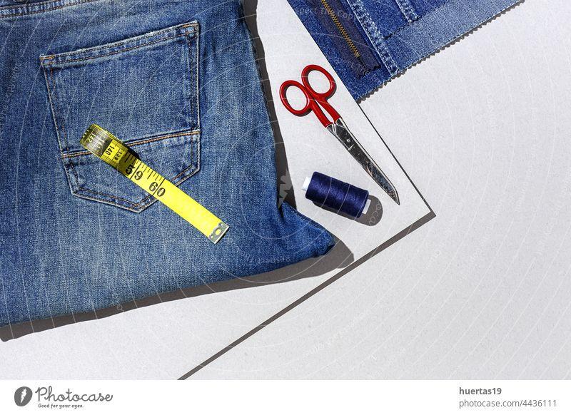 Kunsthandwerk, Reparatur von Kleidung. Ripped Blue Jeans Nähen Zubehör Schneider fixieren Fleck Hintergrund weiß farbenfroh benutzerdefiniert Jeanshose Tasche