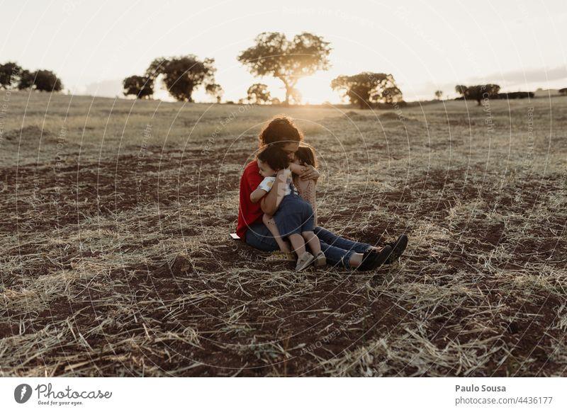 Mutter mit Kindern auf dem Feld Muttertag Mutterschaft Geschwister Familie & Verwandtschaft Zusammensein Zusammengehörigkeitsgefühl authentisch Liebe niedlich