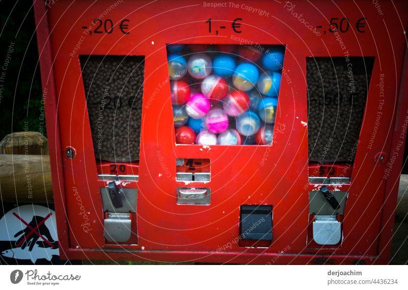Futter und Kinder Automat. Links Futter für die Fische, für 20 Cent. In der Mitte für Kinder in Platik Kugeln etwas süßes, für 1 Euro und ganz rechts am roten Automat,  Futter für die Enten für 0,50 Cent.