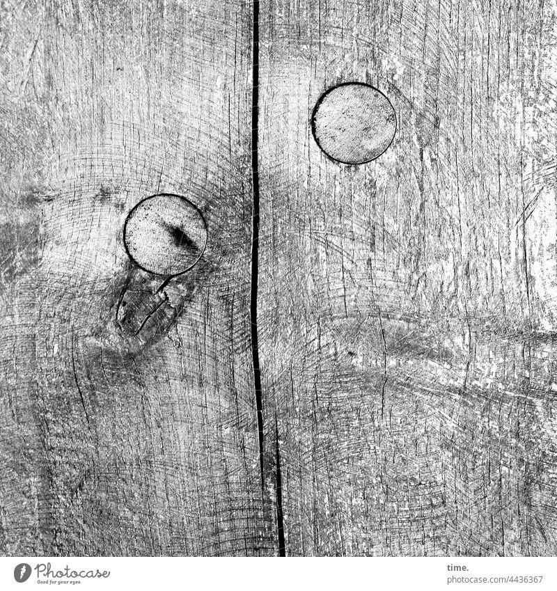 stürmische Zeiten zwei kernbohrung füllung schräg funktion sicherheit schutz versiegelt abdeckung rund wand verschluss bohrloch holz maserung Sägeabdruck riss