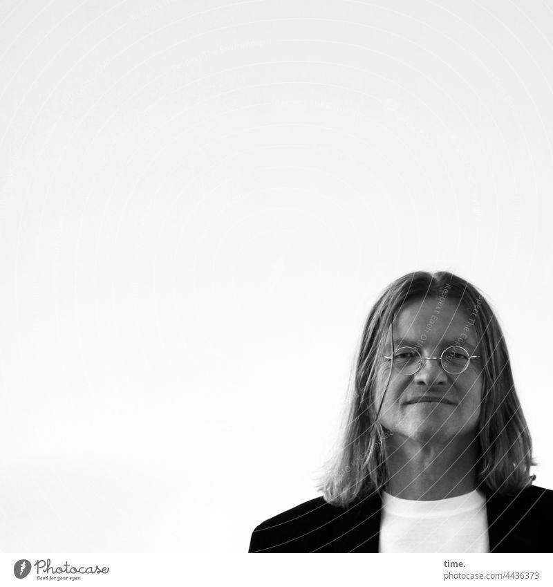 KünstlerPortrait mann blond langhaarig brille t-shirt jackett blick nach vorn strähne ernst neugierig gelassen fokussiert freiraum