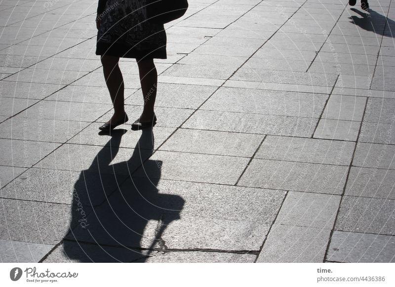 unterwegs silhouette schatten urban frau sonnig betonplatten bodenbelag platz querung gegenlicht