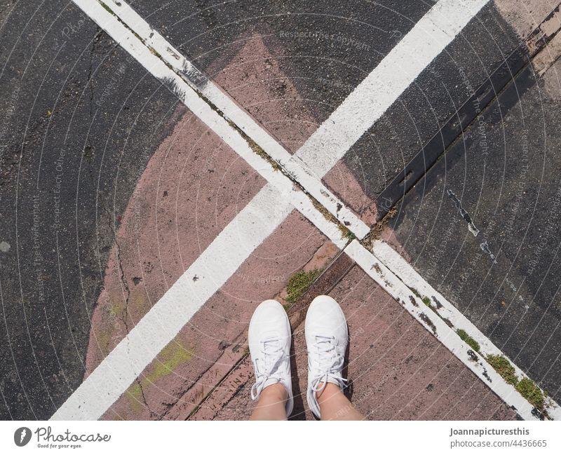 X markiert die Stelle x weiß Turnschuh Schuhe Fuß Beine Straßenbelag Kunst Graffiti urban Beton