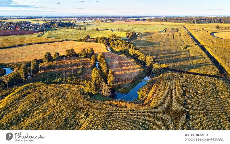 Sonnige Herbstlandschaft. Wiesen, Fluss, Dorf, Feldweg Weißrussland. Maisernte. September Antenne Ackerbau Ernte Panorama Landschaft Bauernhof Ansicht im Freien