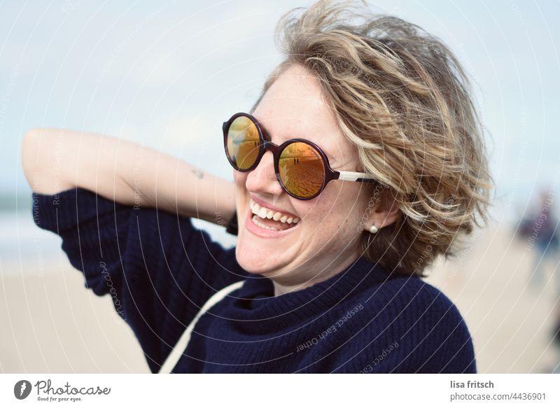 FRAU - SONNENBRILLE - AM MEER Frau 30-34 Jahre Sonnenbrille Locken blond lachen am Meer Erwachsene Außenaufnahme Farbfoto Lebensfreude Fröhlichkeit erholt