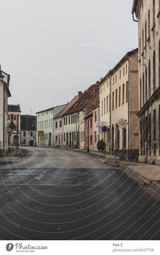 eine Straße durch einen Lausitzer Ort Brandenburg Menschenleer Außenaufnahme Farbfoto Tag Textfreiraum unten Himmel Deutschland Haus Textfreiraum oben Fenster