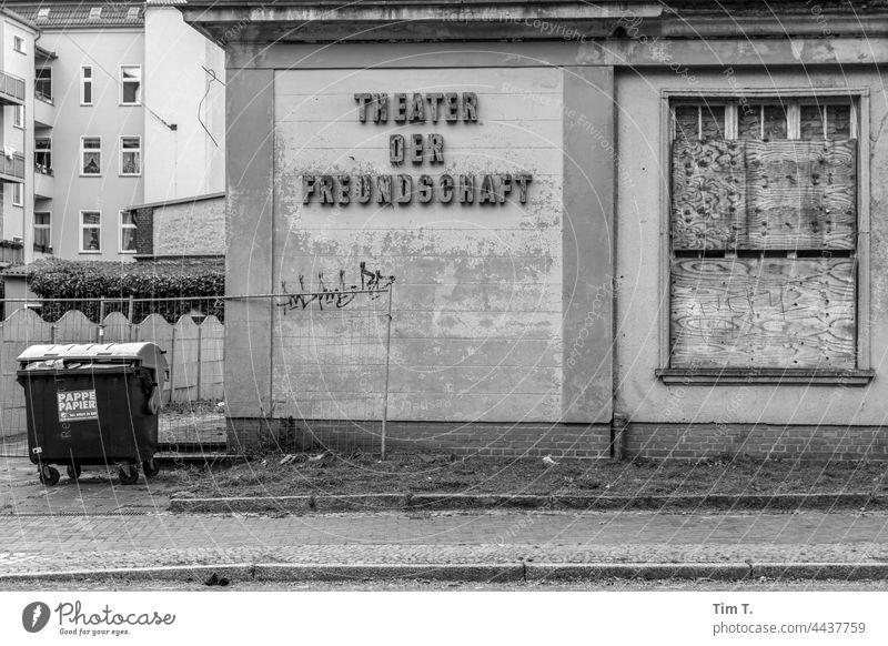 das alte Theater in Nauen Brandenburg s/w Freundschaft Schwarzweißfoto Architektur b/w Außenaufnahme b&w Einsamkeit ruhig Tag Menschenleer Gebäude Fenster Haus