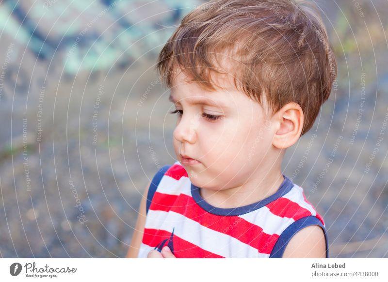Porträt eines kleinen Jungen, der ein seltsames Gesicht macht. Kind vereinzelt schreit wenig Menschen verängstigt Hintergrund schön Schönheit Verhalten blond