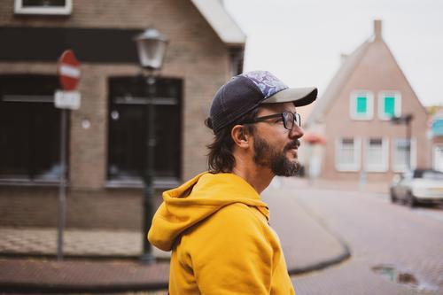 Mann auf den Straßen einer niederländischen Stadt Erwachsener Architektur Großstadt Mode Glück Freizeit Lifestyle männlich Niederlande im Freien Menschen Person