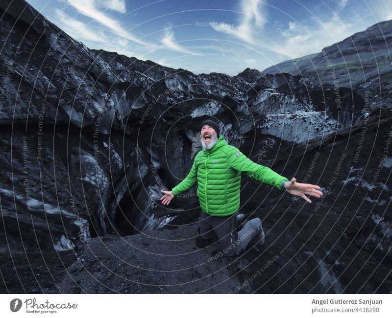 Aufgeregter Reisender in den Bergen aufgeregt Berge u. Gebirge Mann Wanderer genießen Freiheit sorgenfrei reif Hochland männlich Abenteuer reisen ausdehnen