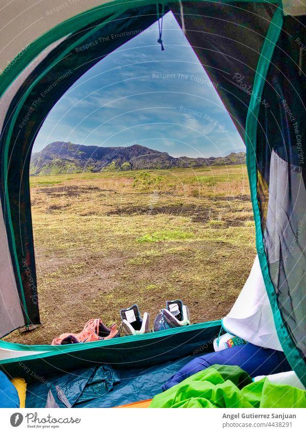 Zelt auf einer Wiese in den Bergen Lager Campingplatz Berge u. Gebirge Hochland Felsen Ambitus Feld Landschaft Natur malerisch wild Umwelt majestätisch Gras