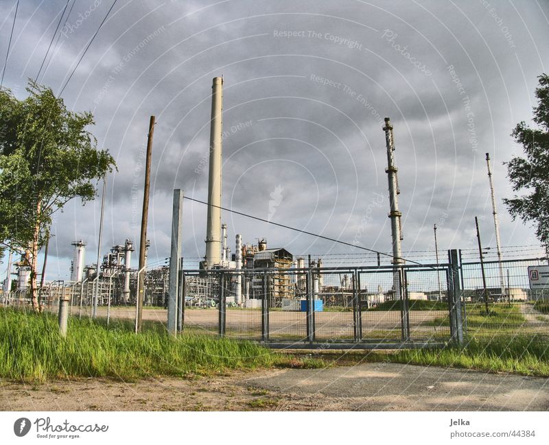 Ölbunker Industrie Turm Erdöl dunkel Raffinerie ölraffinerie shell Farbfoto