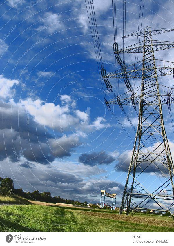 Strommast Himmel blau Wolken Energiewirtschaft Elektrizität Kabel führen Strommast Leitung