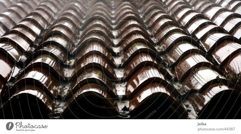 es regnet, es regnet ... Einsamkeit Architektur Wetter Regen Dach Italien Backstein Bach fließen Endzeitstimmung Dachziegel Regenrinne Gardasee Verona Rinnsal