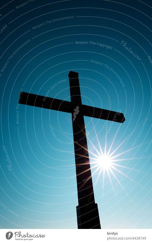 Christliches Kreuz mit strahlender Sonne vor wolkenlosem , blauem Himmel Kruzifix Sonnenstrahlen Wolkenloser Himmel Christentum Religion & Glaube