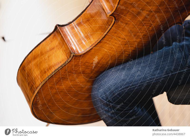 Cello in einer Musikprobe Ensemble kammermusikfestival musikprobe musikinstrument Streichinstrument Korpus