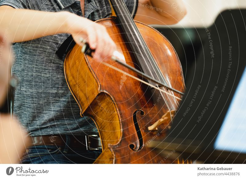 Mann spielt Cello Ensemble kammermusikfestival Musik musikprobe Violoncello Instrument musikinstrument Haende Streichinstrument streichquartett