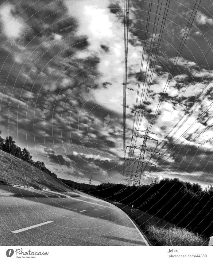 Der Schatten der Welt Sonne Kabel Himmel Wolken Verkehr Straße Wege & Pfade bedrohlich Wolkenhimmel Wolkenschatten Asphalt Mittelstreifen Elektrizität Deich