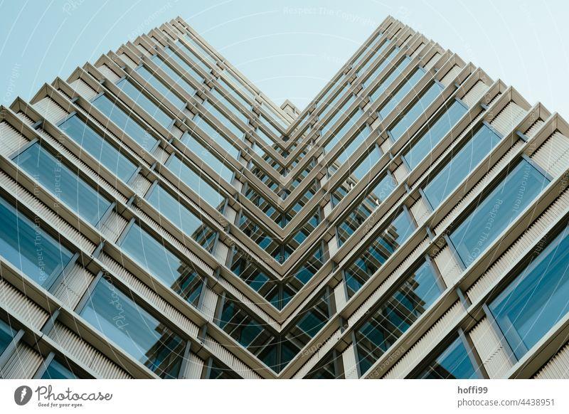 spiegelnde Hochhausfassade im rechteckigen Winkel Moderne Architektur modern Architekturfotografie abstrakt Form Formation Minimalismus urban Symmetrie