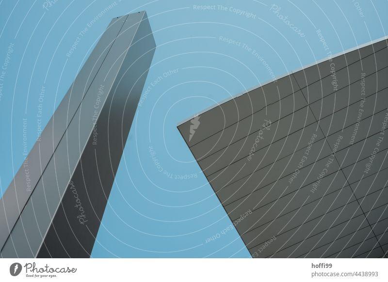 eckiger Pfeiler und Dachsegment vor blauem Himmel Moderne Architektur modern Architekturfotografie abstrakt Form Formation Minimalismus urban Symmetrie