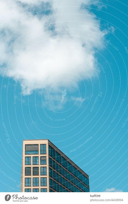 Hochhaus mit Wölkchen Wolke Blauer Himmel architektur modern city skyline hochhaus himmel Klotz Metropolitan Großstadt Kapitalwirtschaft Konstruktion