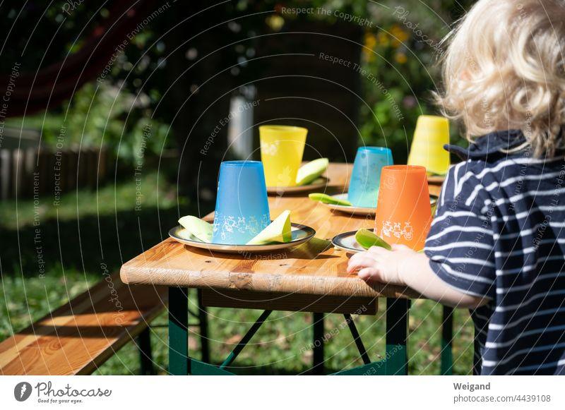 Kindergeburtstag Becher Kita Tisch Geburtstag Kleinkind feiern Feier Bierbank bunt