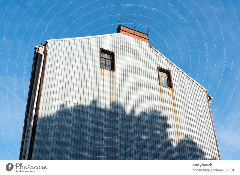 Zwei Fenster in einer Metallhauswand gealtert Architektur schön blau Gebäude gebaute Struktur Schornstein Großstadt Klarer Himmel Konstruktion Textfreiraum Tag