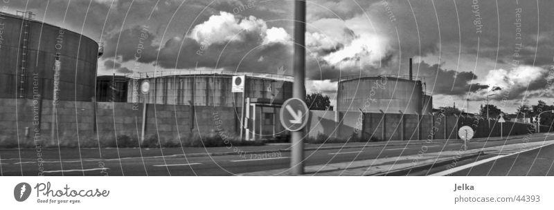 Hamburger Industrie Straße Zeichen Schilder & Markierungen Verkehrszeichen Einsamkeit Silo Lagerhalle Verkehrsschild Tank Schwarzweißfoto