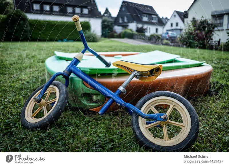 Altes Rad, abgelegtan einem Sandkasten für Kleinkinder Laufrad Kind Kindheit Außenaufnahme Bewegung Fahrrad Spielen verflossen vergangen überblicken Sehnsucht