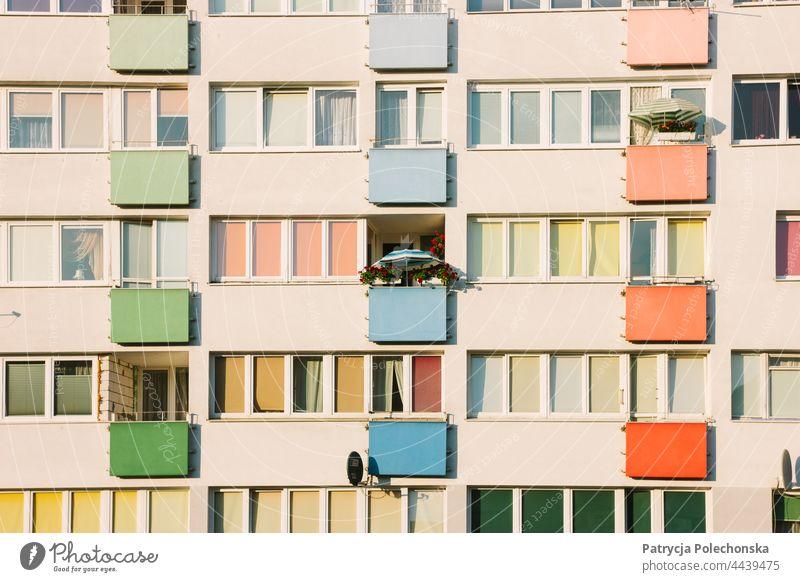 Pastellrosa Wohnhaus mit einem Sonnenschirm auf einem der Balkone Appartement Gebäude Architektur farbenfroh Klotz Osteuropa Nahaufnahme
