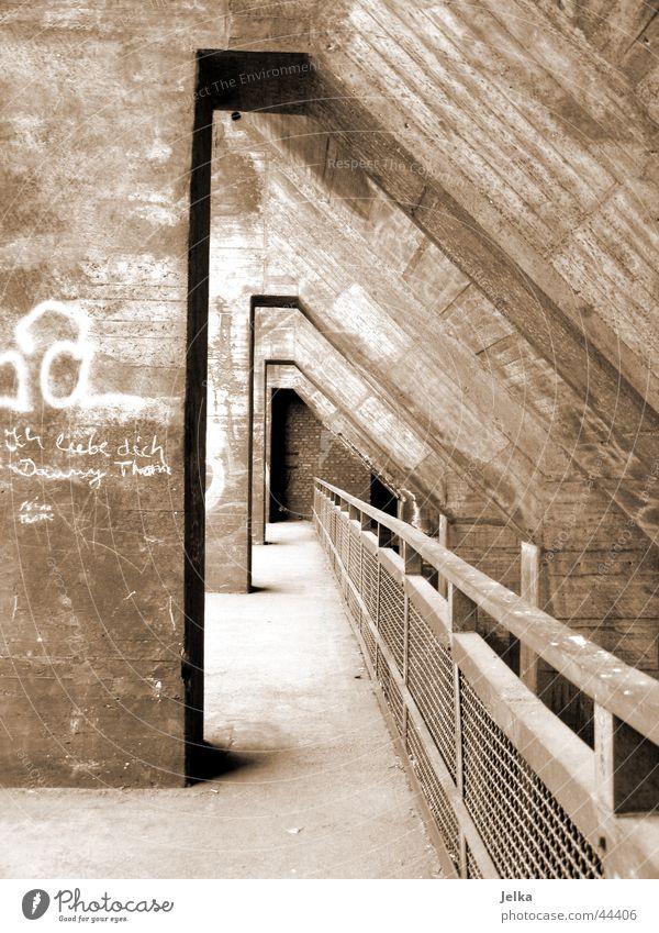 Tunnelblick Industrieanlage Fabrik Bauwerk Architektur Beton braun Geländer Schwarzweißfoto Außenaufnahme Menschenleer