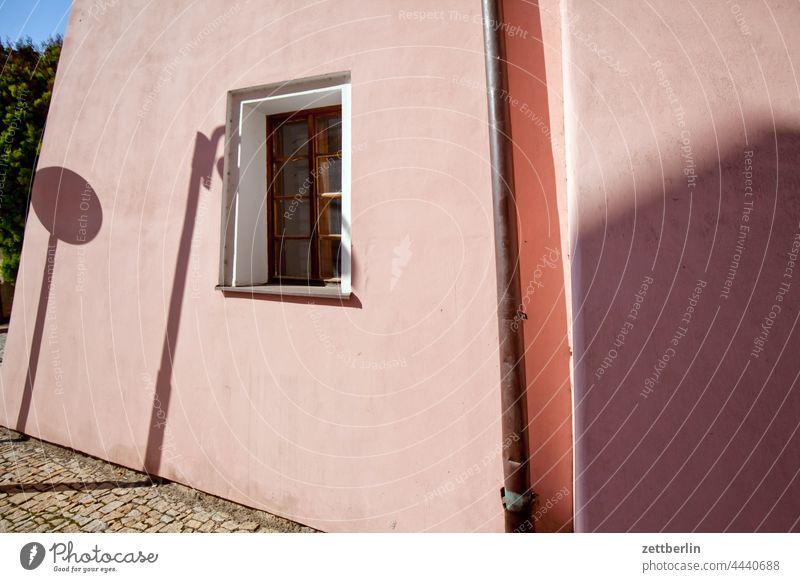 Verwinkelte Fassade altstadt architektur gasse gebäude haus historisch kopfsteinpflaster mittelalter sommer stadtkern tourismus touristik tschechei tschechien