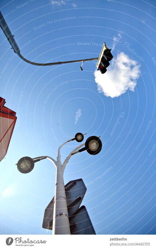 Ampel und Straßenlaterne architektur gasse sommer stadt stadtkern tourismus touristik tschechei tschechien verkehr ampel beleuchtung straßenbeleuchtung licht