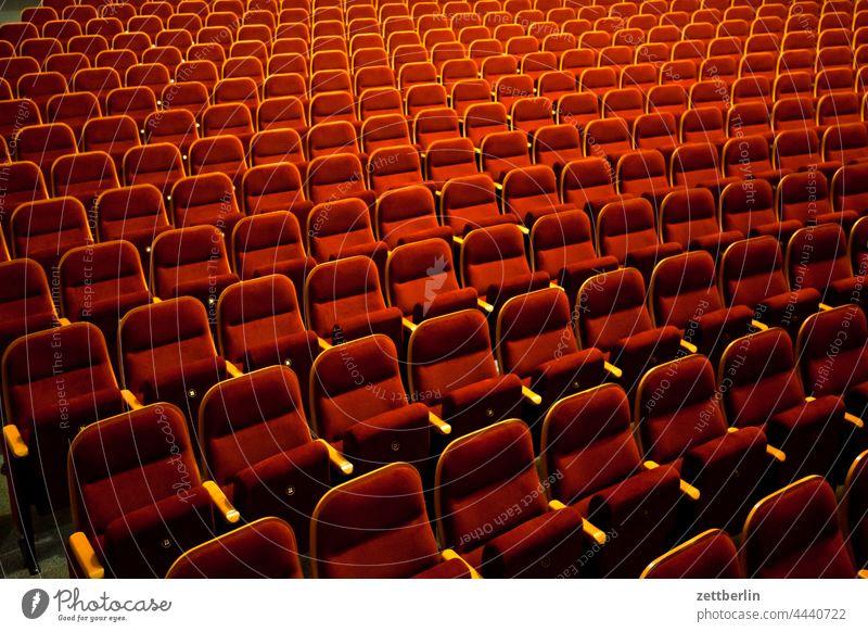 Theartersaal theater theatersaal stuhl reihe stuhlreihe klappstuhl leer menschenleer publikum geschlossen schließungszeit polster polstersitze sitzreihe