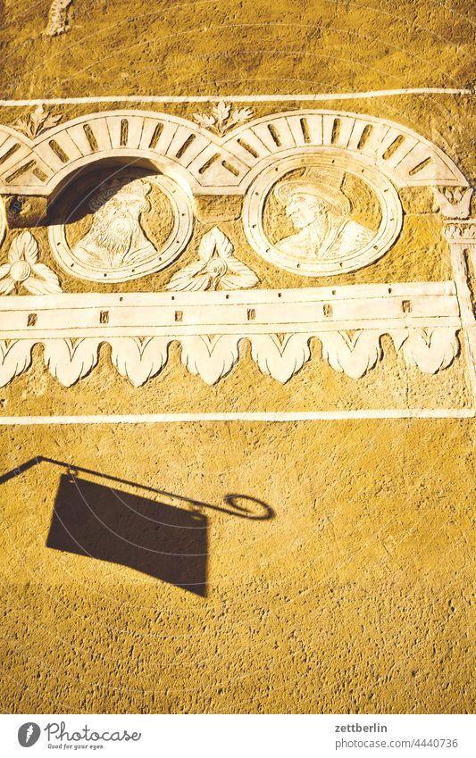 Fassade mit Wandbild in Tábor altstadt architektur fachwerkhaus gasse gebäude historie historisch hussiten jan hus kirche kopfsteinpflaster licht mittelalter