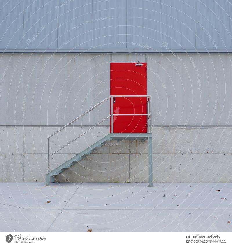 rote Metalltür an der Fassade des Gebäudes Tür metallisch Textur Muster Hintergrund Verlassen Straße im Freien bauen Wand Vorderseite Architektur Außenseite
