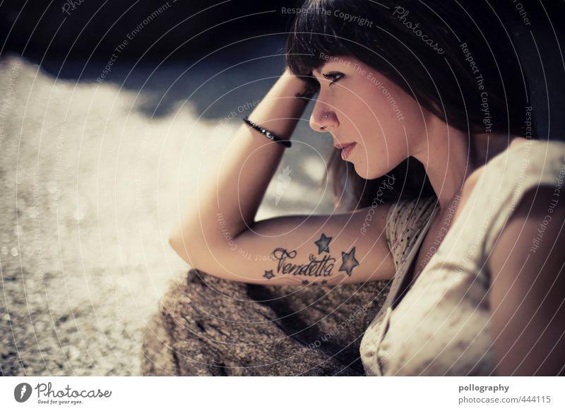 Vendetta Mensch feminin Junge Frau Jugendliche Erwachsene Leben Kopf Arme 1 18-30 Jahre Erde Sommer Schönes Wetter Schmuck Tattoo schwarzhaarig langhaarig