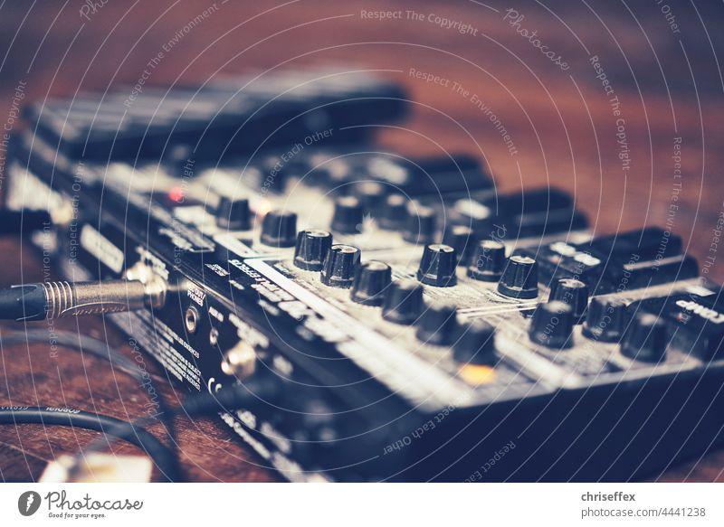 Gitarreneffekt Board auf der Bühne mit offener Blende fotografiert - Musiker Tontechnik Sound Board Gitarren Effekt Footboard Effektgerät Event Konzert Stage