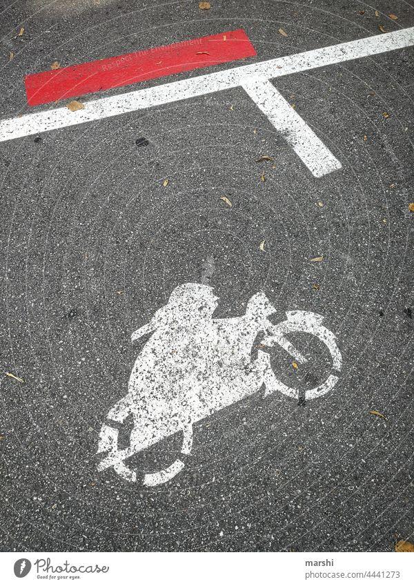 Platz für Zweiräder zweirad motorrad moped parkplatz parken straße mobiltät fahrzeug straßenverkehr umwelt parkraum straßenkunst symbolik