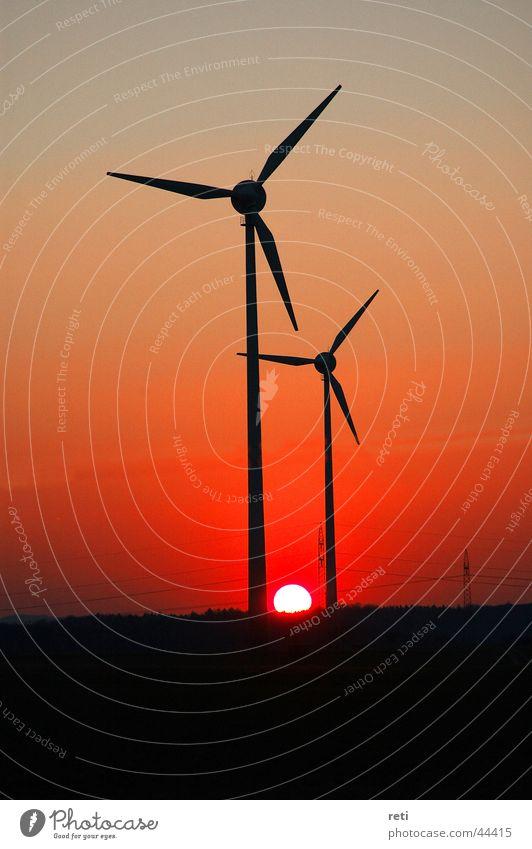 Windräder im Abendhimmel Roter Himmel Gegenlicht Sonnenuntergang Abendsonne Windkraftanlage Generator Elektrisches Gerät Technik & Technologie Abenddämmerung