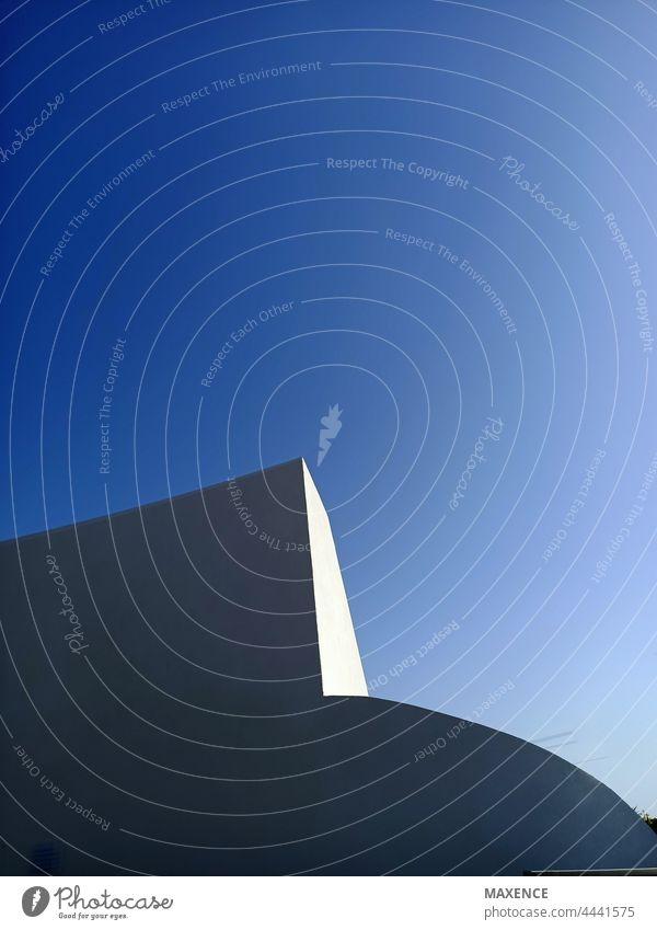 Architektonische Form mit Schatten und Licht und blauem Himmel Architektur Gebäude Linie Lautstärke Bildhauerei abstrakt