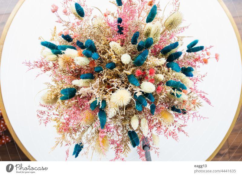 Wunderschönes Gesteck aus Trockenblumen abstrakt gealtert Ordnung Schönheit Blumenstrauß Nahaufnahme farbig bunt Farben Umrisslinie Margeriten Gänseblümchen