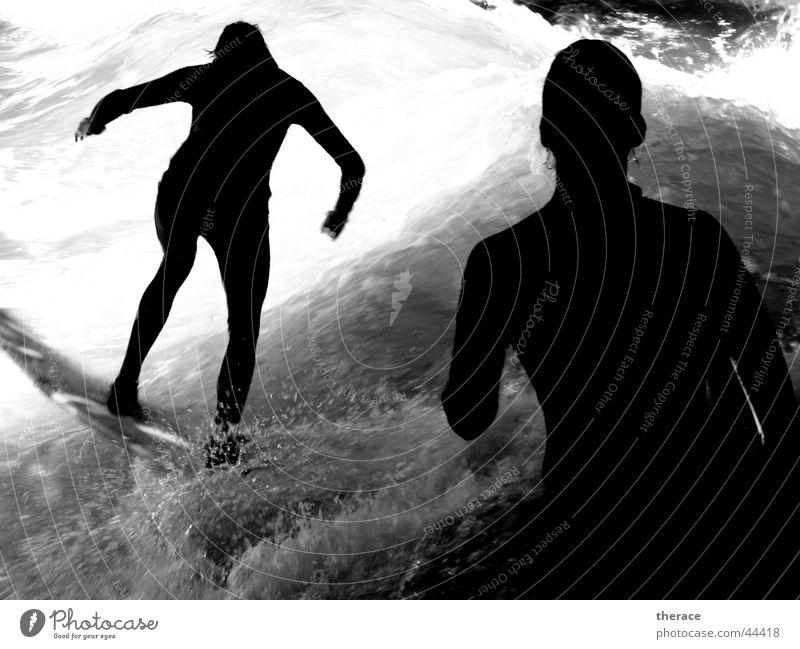 Schattensurfer Mensch Wasser weiß schwarz Sport Leben kalt Wellen nass Coolness München Surfen Bayern Wasserfall Wassersport